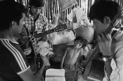 MEXICO. Maya Tecum. 27/06/1988: Guatemalan refugees rehearsing songs for sunday mass.
