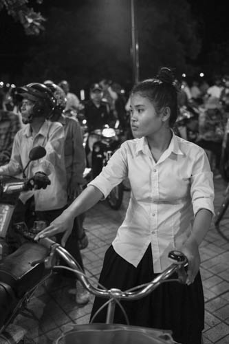 CAMBODIA. Phnom Penh. 19/11/2012: Girl stuck in huge traffic jam on Sisowath Quay during the ASEAN meetings held in Phnom Penh which are attended by U.S. President Barack Obama.